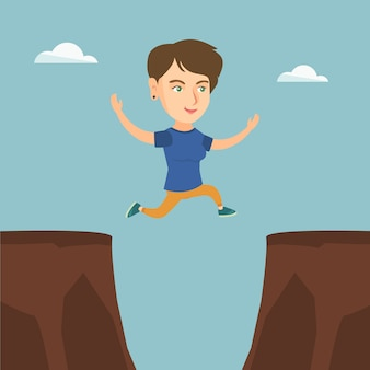 Jonge kaukasische sportvrouw die over de klip springt