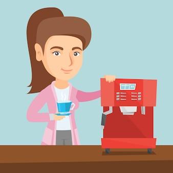 Jonge kaukasische vrouw die koffie maakt.