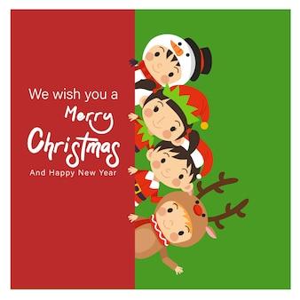 Jonge kinderen in kerstmis karakter kostuums