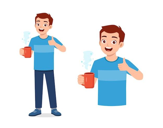 Jonge knappe man drinkt koffie op glas