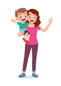 Jonge knappe moeder draagt schattige jongen
