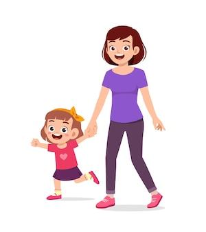 Jonge knappe moeder hand in hand en lopen met kind