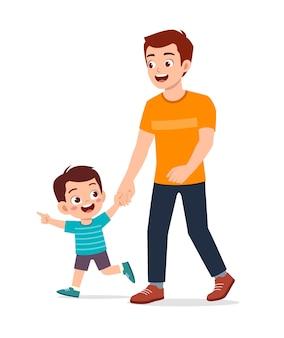 Jonge knappe vader die hand houdt en met jong geitje loopt