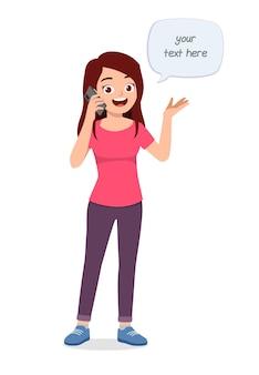 Jonge knappe vrouw die aan de telefoon spreekt