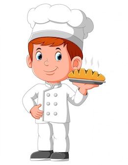 Jonge lachende man chef-kok met plaat met brood