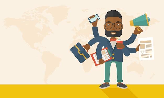 Jonge maar gelukkige afrikaanse werknemer die multitasking bureautaken doet.