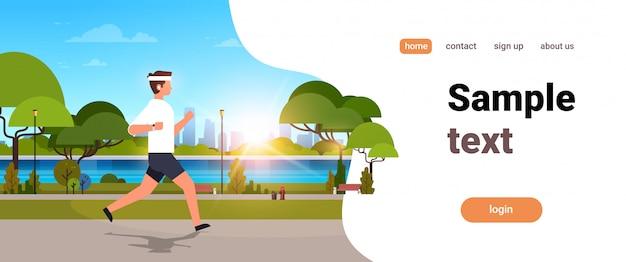 Jonge man buiten modern openbaar park joggen