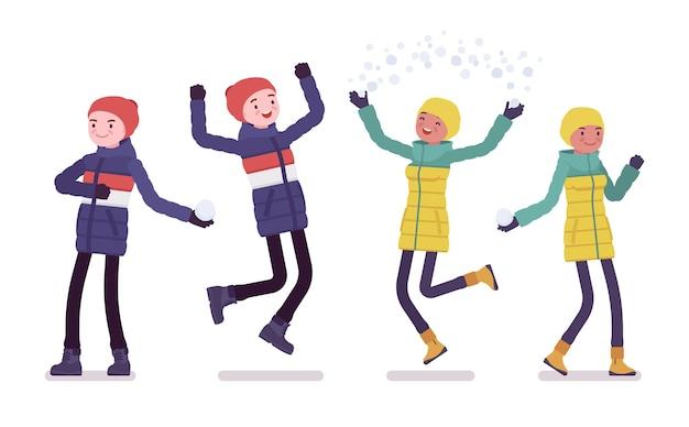 Jonge man en vrouw in donsjack in positieve emoties, blij met het dragen van zachte warme winterkleren, klassieke snowboots en hoed