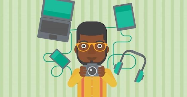 Jonge man omringd met zijn gadgets.