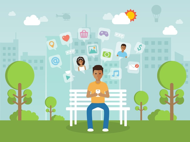Jonge man online chatten op sociale netwerk met smartphone.