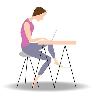 Jonge man werkt met zijn laptop