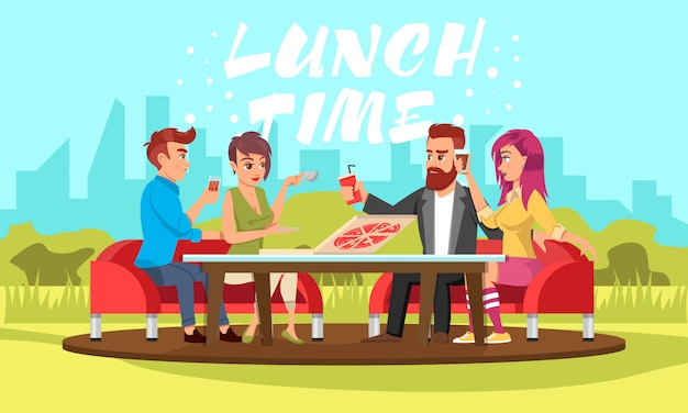 Jonge mensen zitten aan tafel met drankjes en pizza in park.