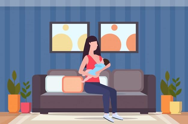 Jonge moeder borstvoeding haar pasgeboren baby vrouw zittend op de bank met weinig kind moederschap voeding lactatie concept moderne woonkamer interieur plat volledige lengte