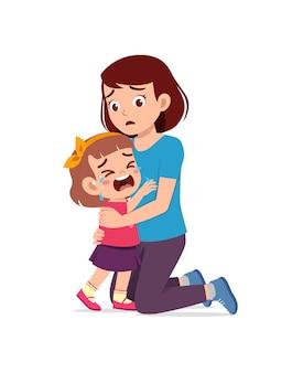 Jonge moeder knuffel huilend meisje en probeer te troosten