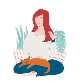 Jonge mooie vrouw zittend op de vloer met kat slapen op haar knieën, dromen, genieten van het moment, zich gelukkig voelen