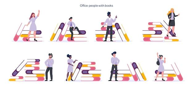 Jonge ondernemers staan in de buurt van grote stapel boeken. vrouwelijk en mannelijk karakter met boek. kennis en opleiding.