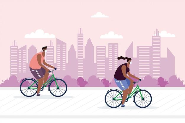 Jonge paar berijdende fiets die medische maskers draagt