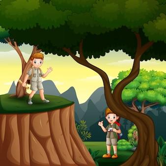 Jonge scouts wandelen in het boslandschap