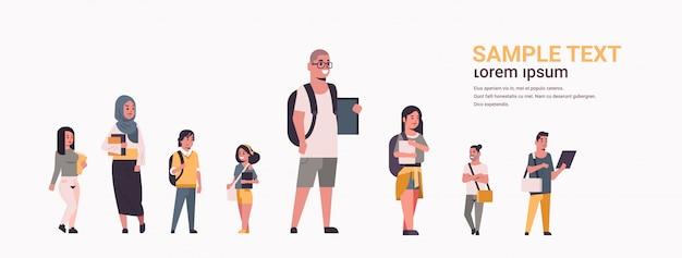 Jonge tiener studenten groep holding boeken mix race meisjes en jongens met rugzakken permanent samen onderwijs concept platte vrouwelijke mannelijke stripfiguren horizontaal volledige lengte kopie ruimte