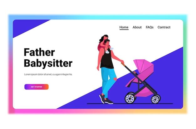 Jonge vader buiten wandelen met huilende dochter en baby in wandelwagen vaderschap ouderschap concept vader tijd doorbrengen met zijn kinderen horizontaal