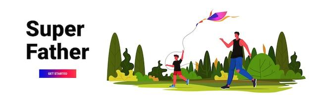 Jonge vader en zoon lancering vlieger in park ouderschap vaderschap concept vader tijd doorbrengen met kind horizontaal