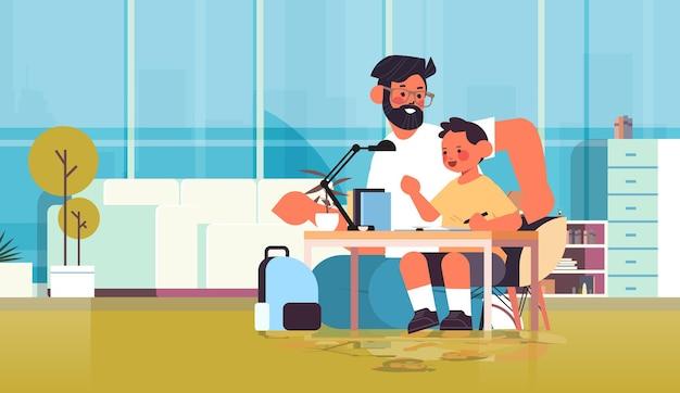 Jonge vader helpen zoon huiswerk ouderschap vaderschap vriendelijk familie concept vader tijd doorbrengen met kind thuis woonkamer interieur volledige lengte horizontale vectorillustratie
