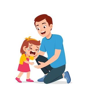 Jonge vader knuffel huilend meisje en probeer te troosten