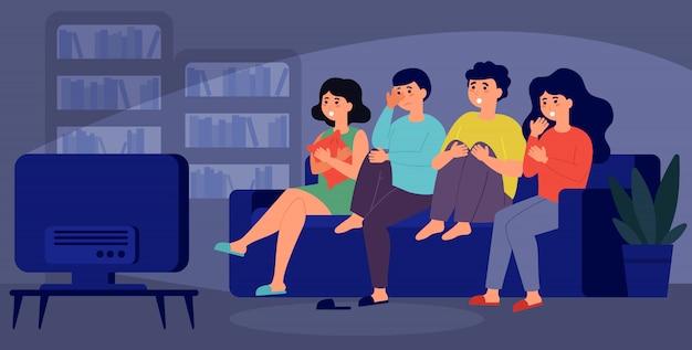 Jonge vrienden samen kijken naar horrorfilm