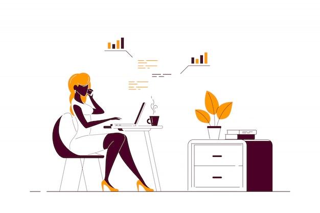 Jonge vrouw die aan computer in bureau werkt