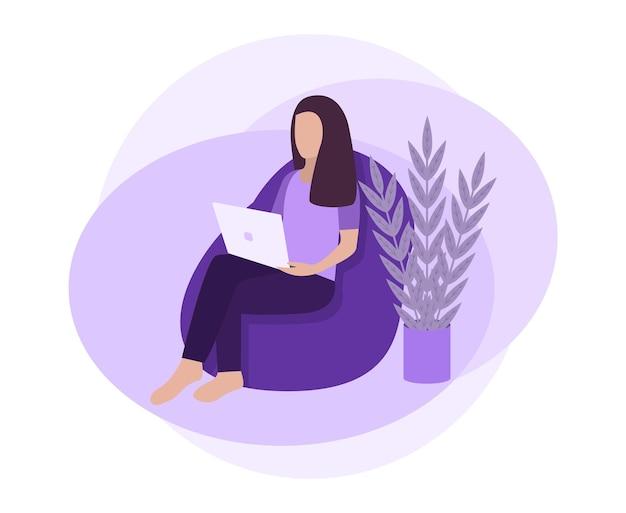 Jonge vrouw die aan laptop thuis werkt