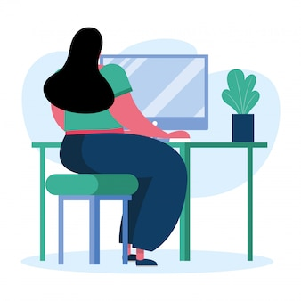 Jonge vrouw die bureaucomputer in het huis met behulp van