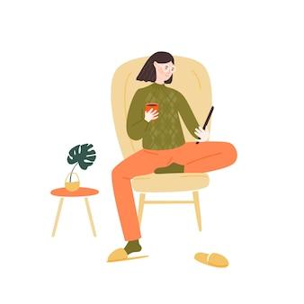 Jonge vrouw die in een comfortabele stoel zit en een tablet leest die koffie drinkt gezellig huisillustratie