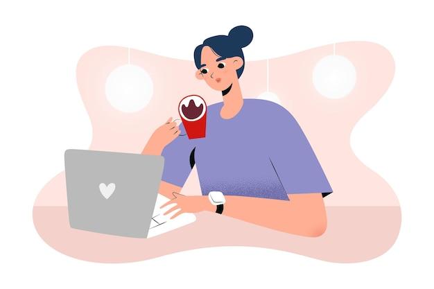 Jonge vrouw die in koffie werkt met laptop die koffie drinkt