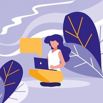 Jonge vrouw die laptop in het landschap met behulp van