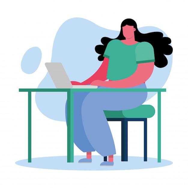 Jonge vrouw die laptop op het bureau met behulp van