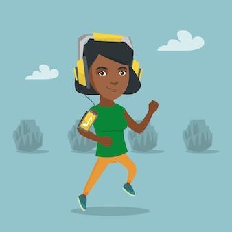 Jonge vrouw die met oortelefoons en smartphone loopt.