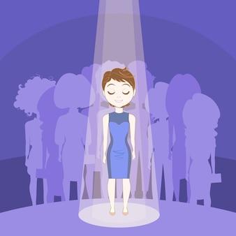 Jonge vrouw die uit menigte in vleklicht over de groepsachtergrond van silhouetmensen duidelijk uitkomt