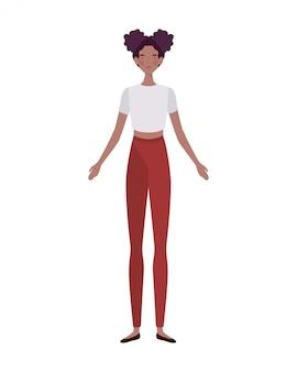 Jonge vrouw die zich op wit bevindt
