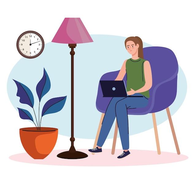 Jonge vrouw freelancer werknemer zittend in de bank met behulp van laptop