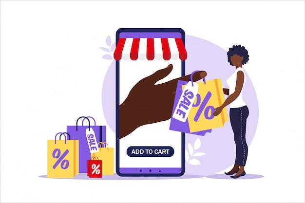 Jonge vrouw gaat met papieren zakken van online winkelen