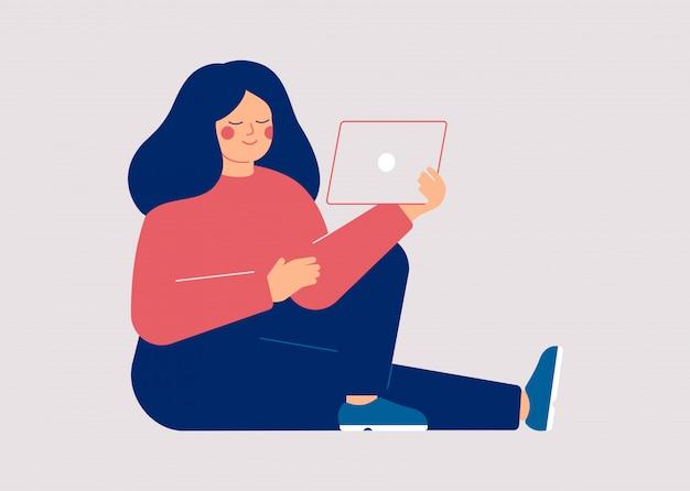Jonge vrouw kijken naar video op de tablet-pc. vrouwelijke gebruiker van sociale medianetwerken.