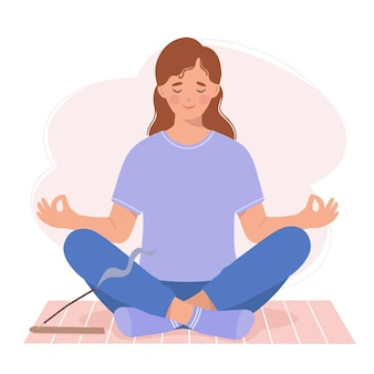 Jonge vrouw mediteert zittend op een yogamat