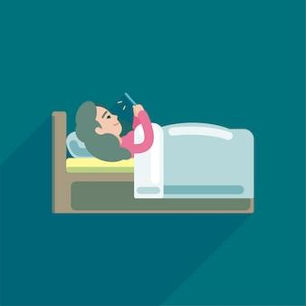 Jonge vrouw met behulp van sms op smartphone in bed