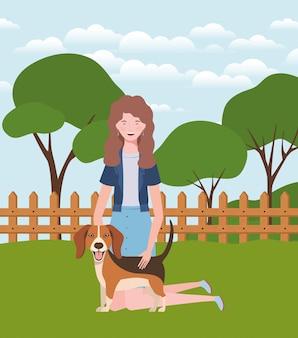 Jonge vrouw met schattige hond in het veld