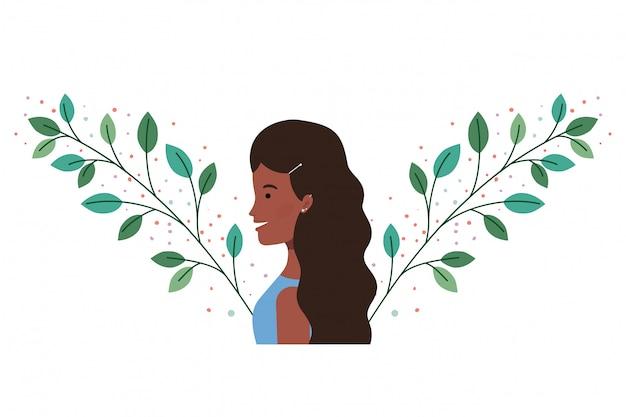 Jonge vrouw met takken en bladeren