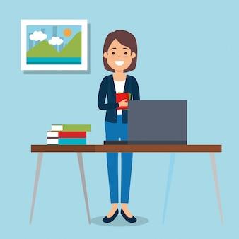 Jonge vrouw op de werkplek