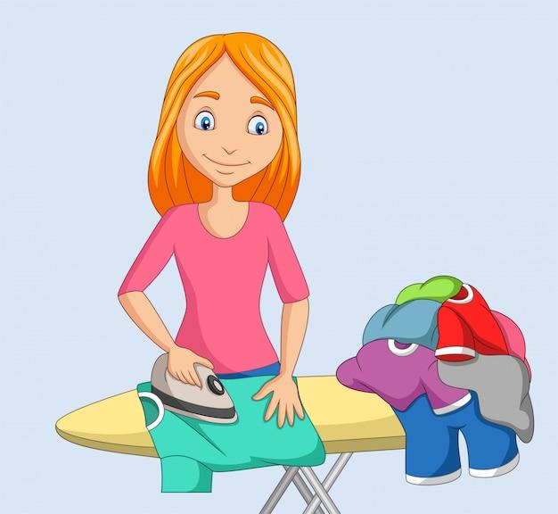 Jonge vrouw strijken van kleding