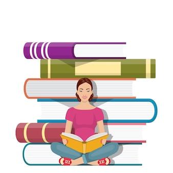 Jonge vrouw zittend op de stapel boeken