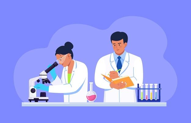 Jonge vrouwelijke wetenschapper die door een microscoop kijkt in een laboratorium dat chemisch onderzoek, microbiologische analyse of medische test doet. man met map schrijft de resultaten op