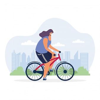 Jonge vrouwen berijdende fiets die medisch masker draagt